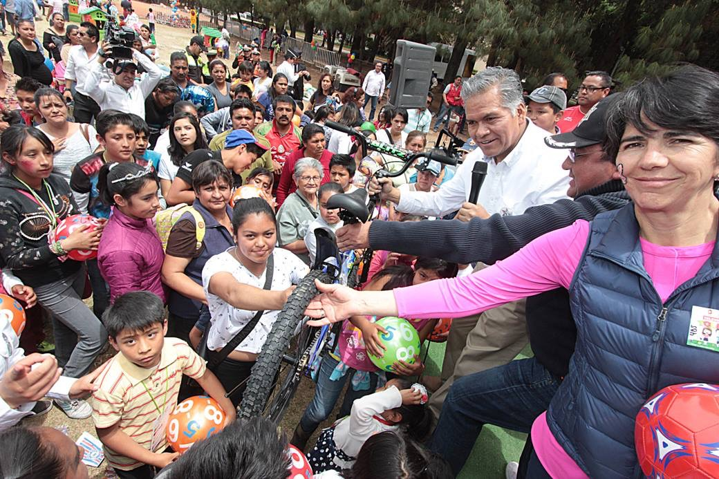El alcalde de Toluca, se dedicó a repartir juguetes