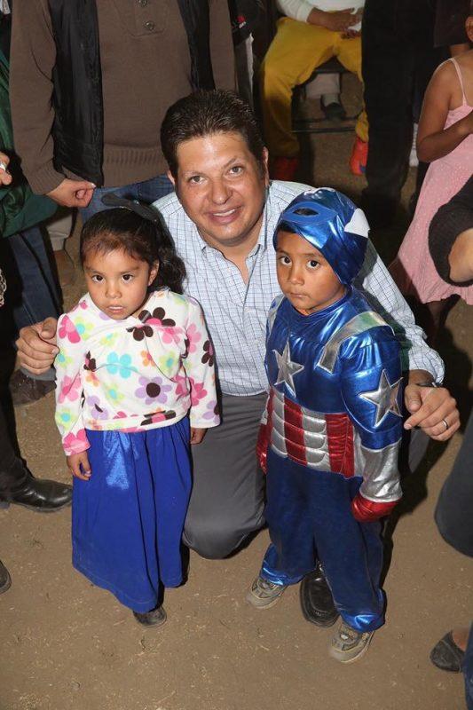 """El alcalde de Metepec optó por la """"tradicional"""" foto con la niñez"""