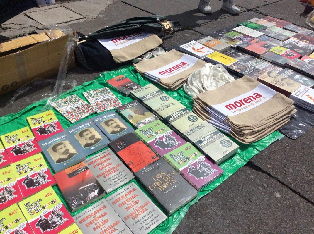 Venden libros para recaudar fondos