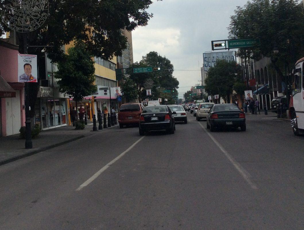 Los afiches tapizan avenida Morelos