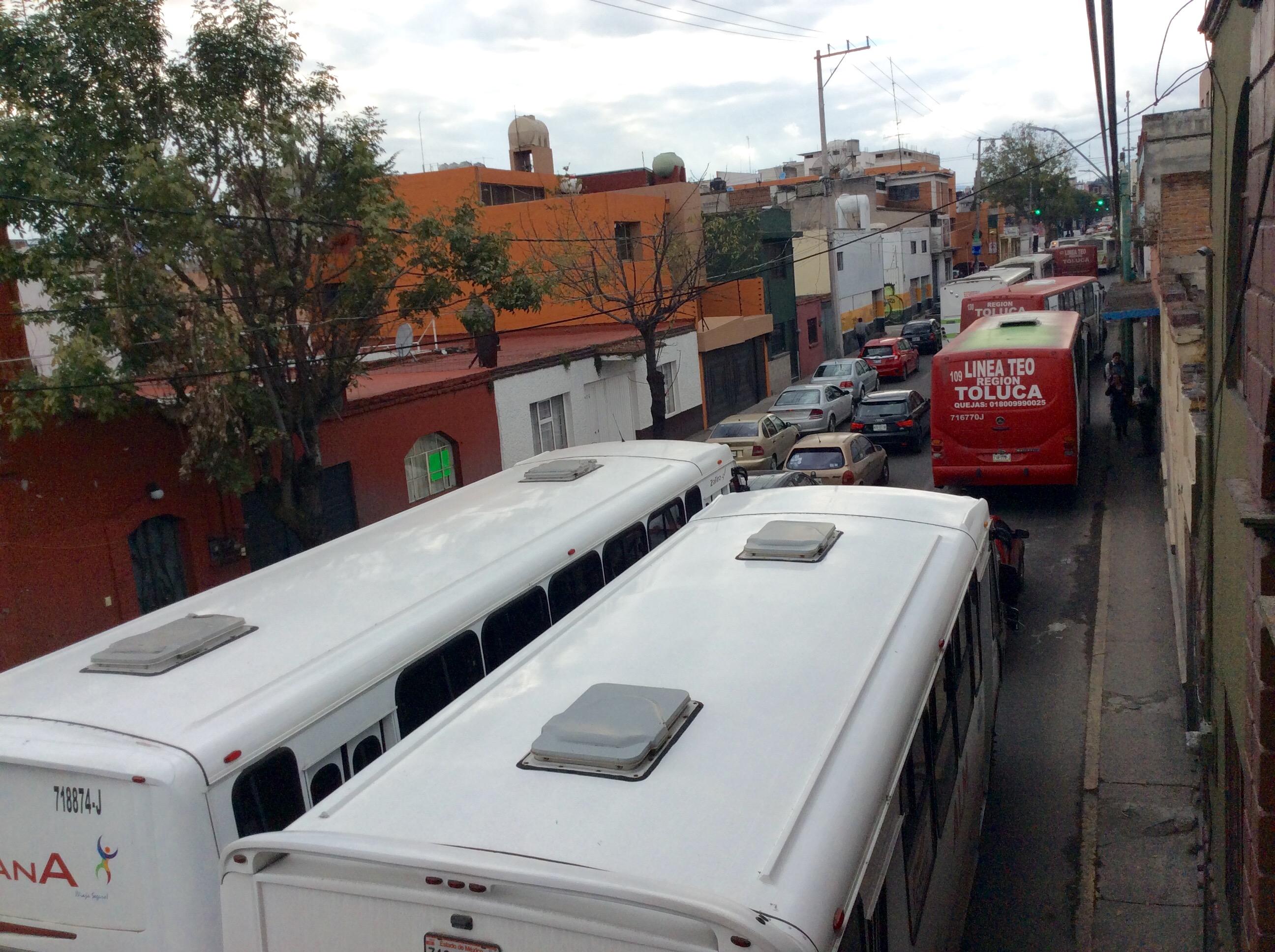 Protestan perredistas frente a palacio; hay caos vial en Toluca