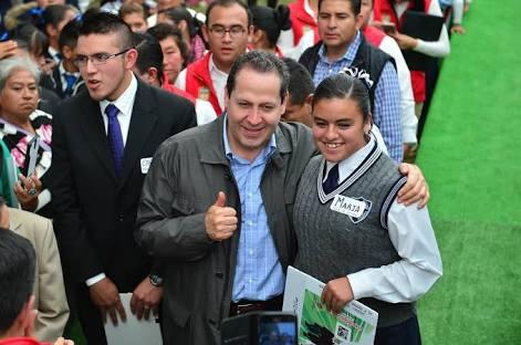 ¡Con 6 pesos diarios! ...premia gobierno excelencia académica