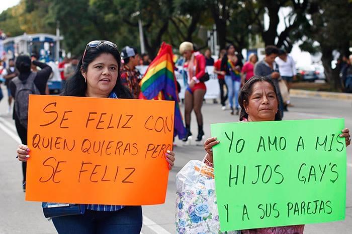 """Bodas gay """"congeladas"""" por el PRI, acusa MORENA"""