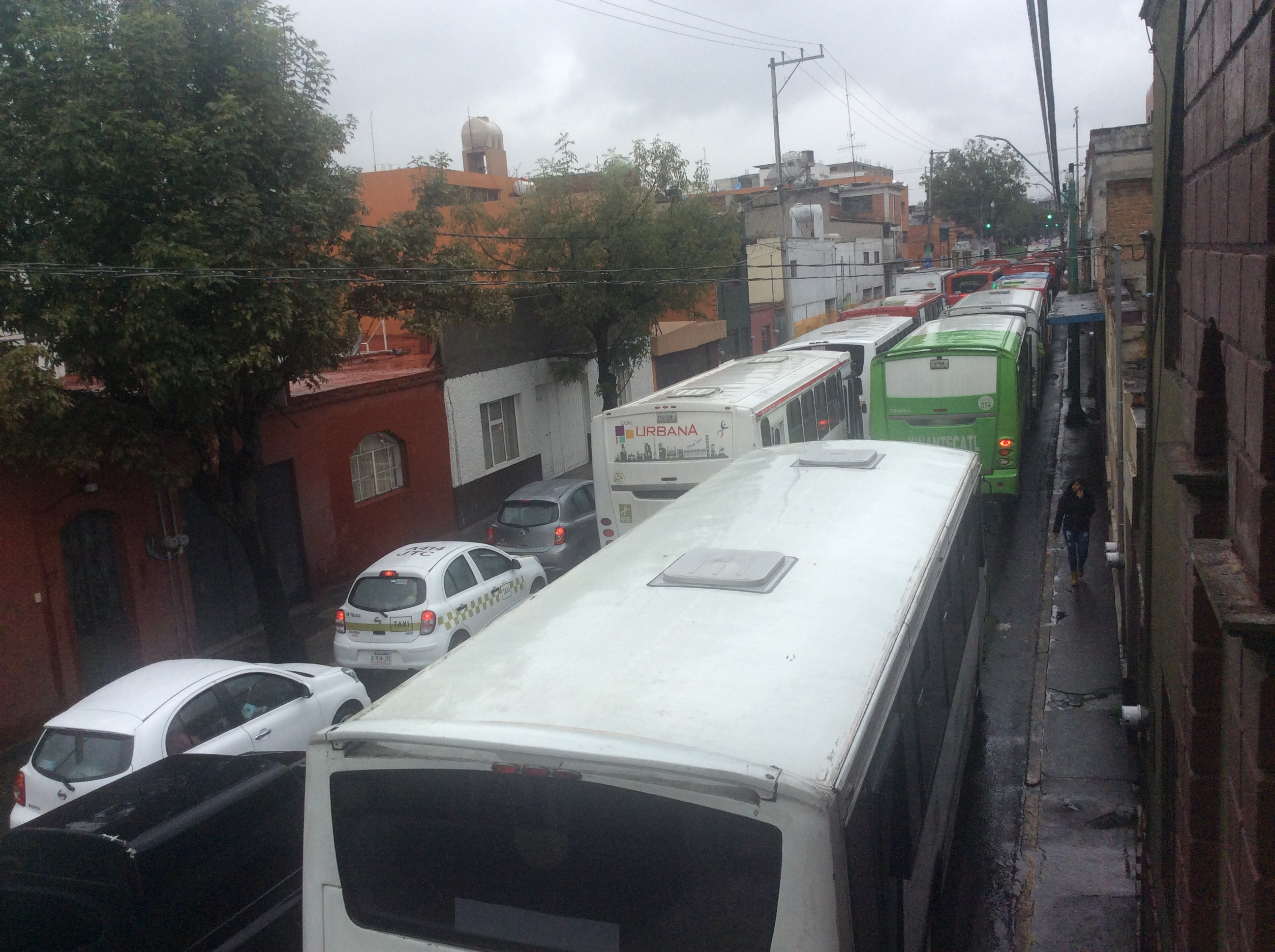 Se va Eruviel de Edoméx, no sin antes subir pasaje en transporte público