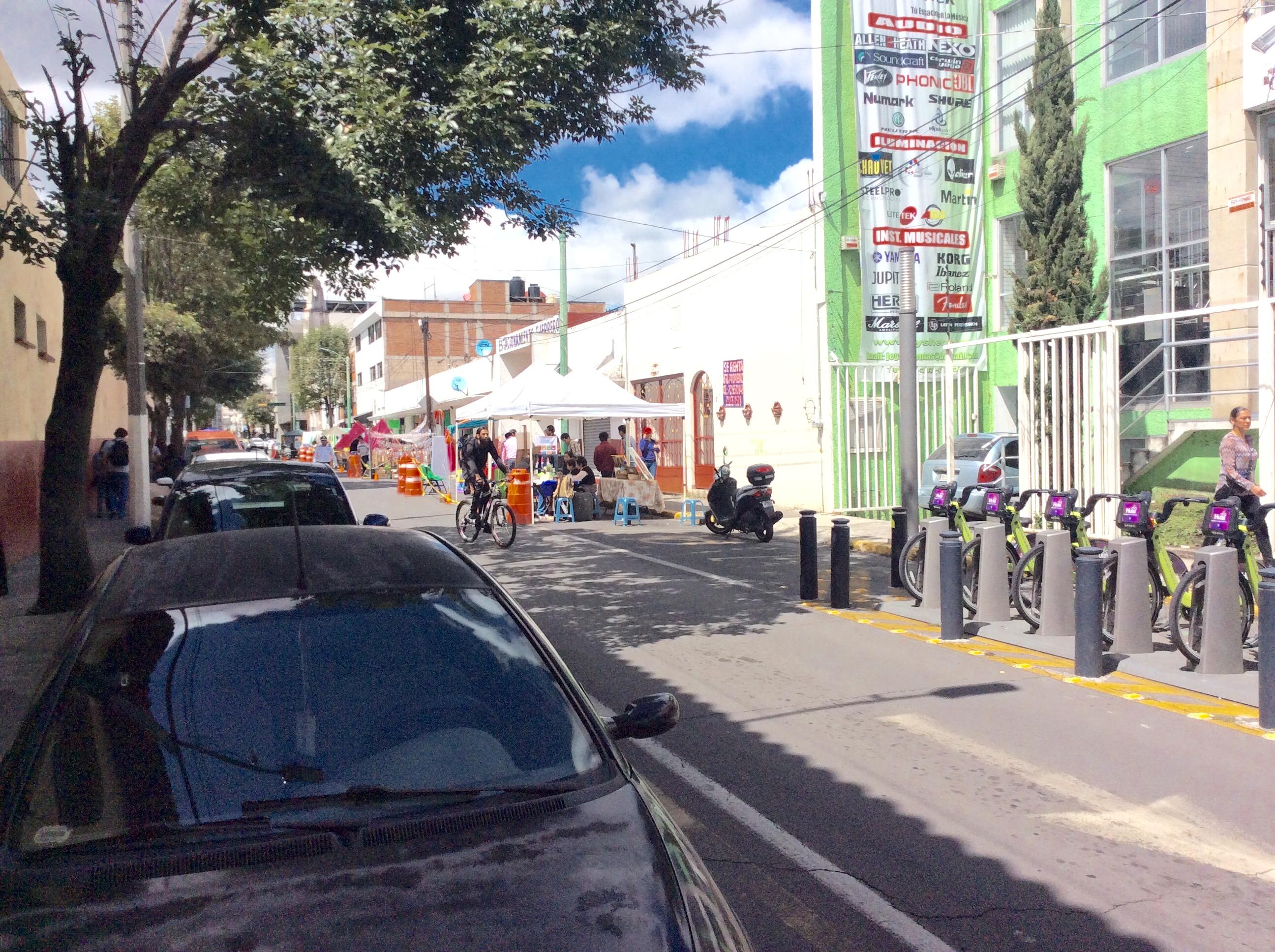 """Autos """"devoran"""" espacios públicos en Toluca"""