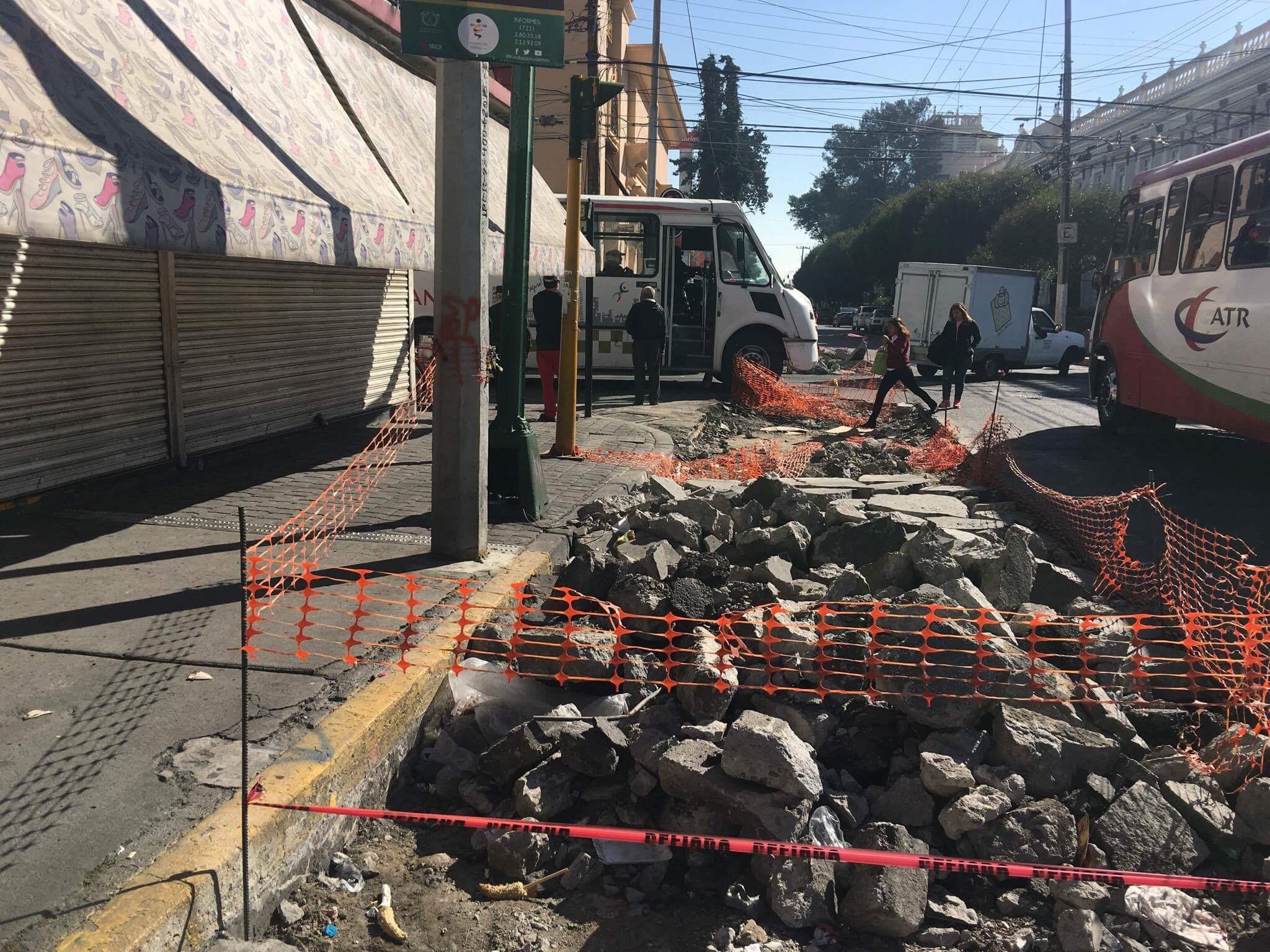 """Desquicia """"eterna"""" obra pública en Toluca a peatones y automovilistas"""