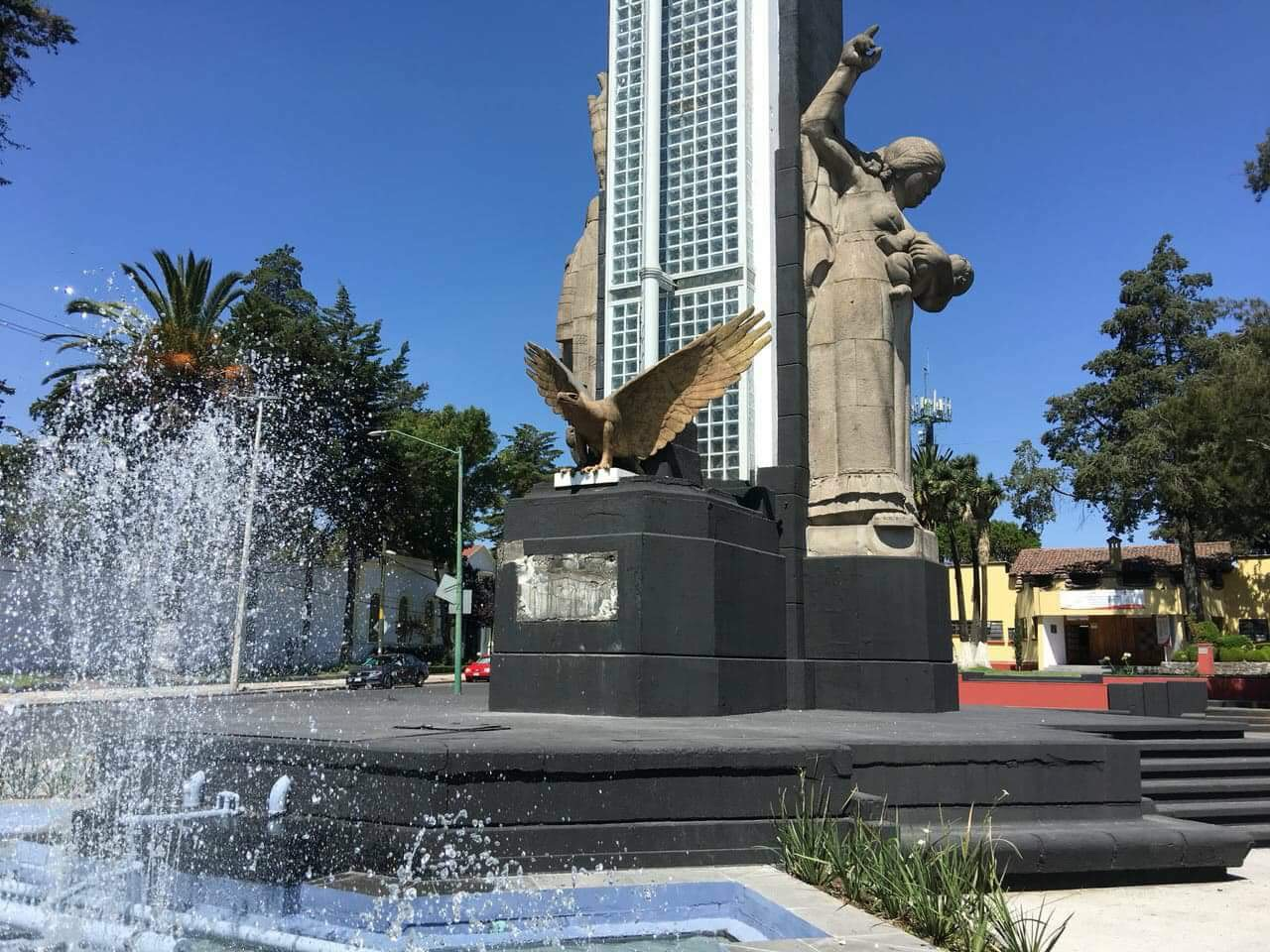 Burlan a autoridades y vandalizan más monumentos en Toluca