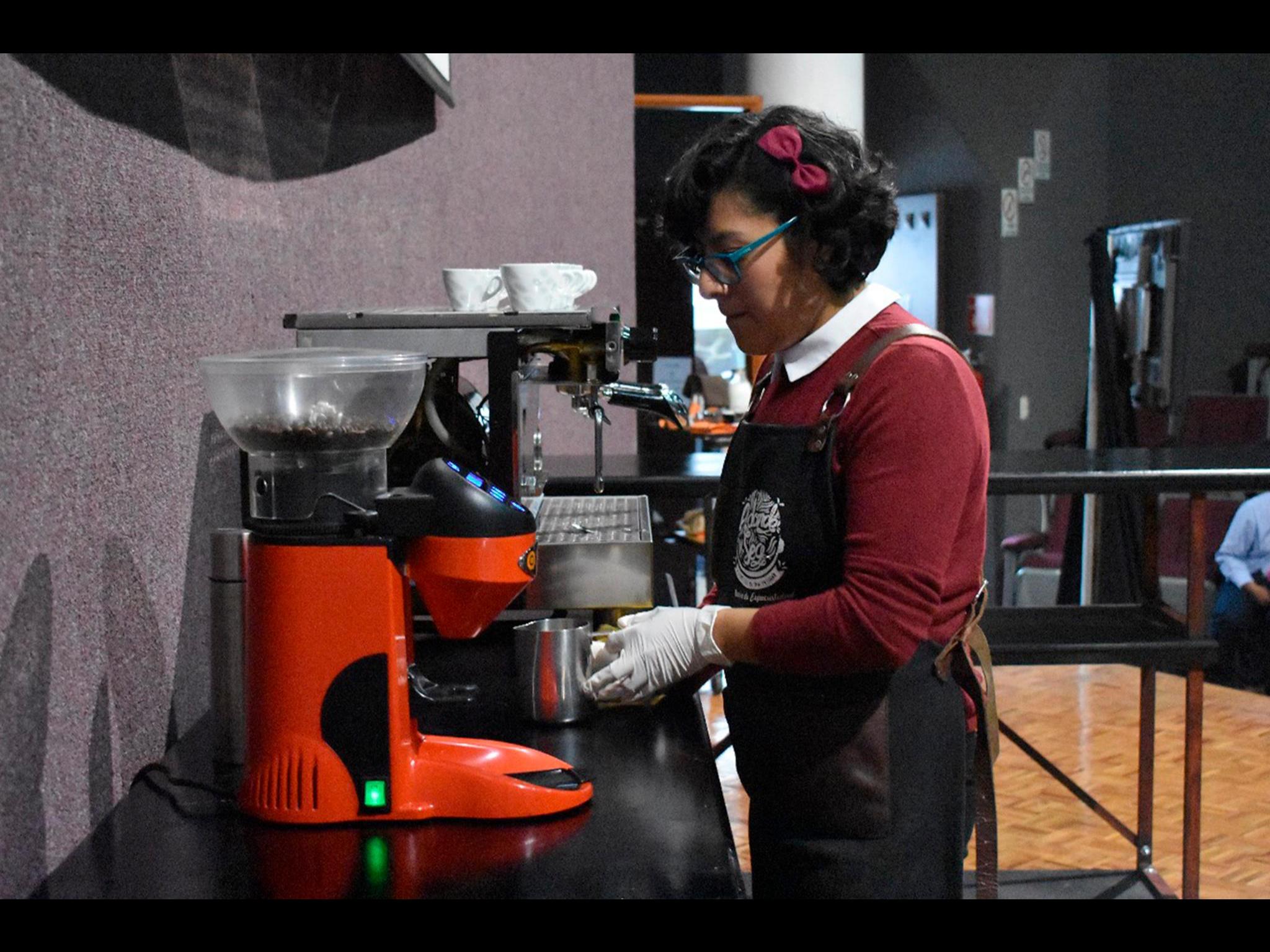 Plasman espíritu universitario con café y creatividad