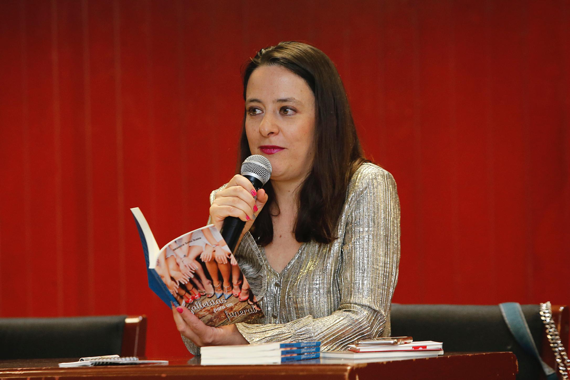 """Presenta Mónica Soto """"Galletitas para un funeral"""" en UAEM"""