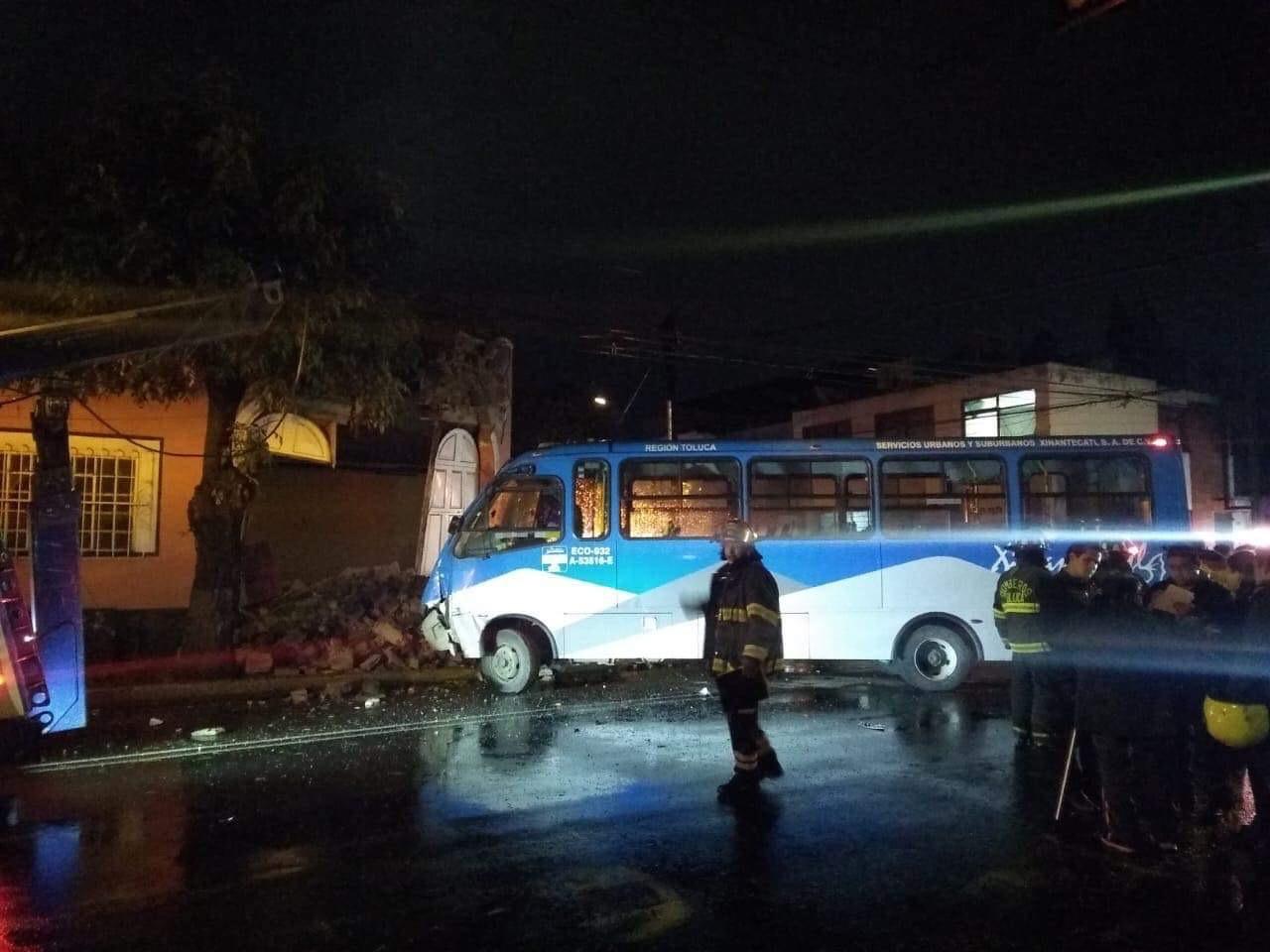 Tras chocar, camión se incrusta en una casa en Toluca