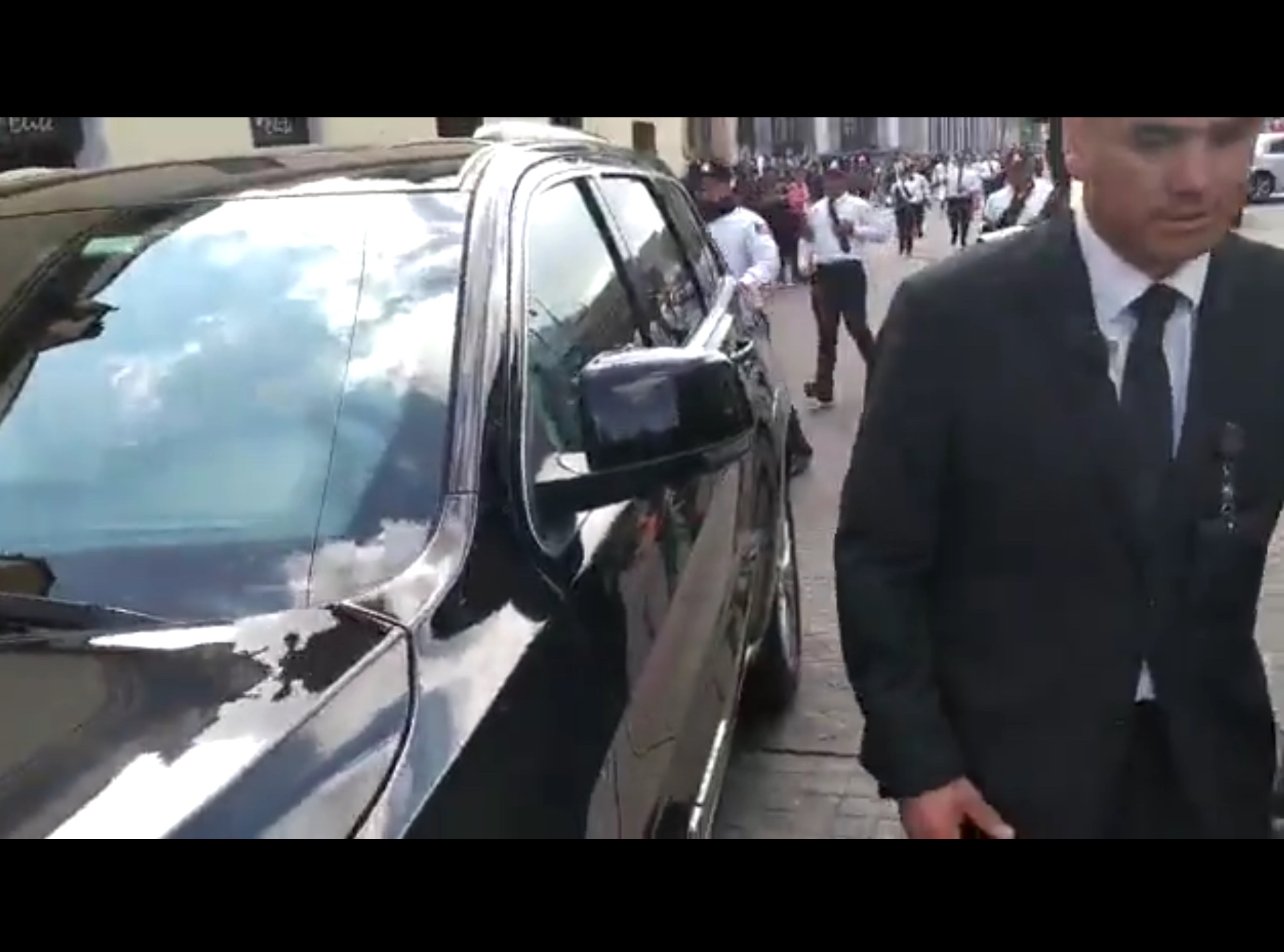 """Diputado saca """"el cobre"""" ante manifestantes"""