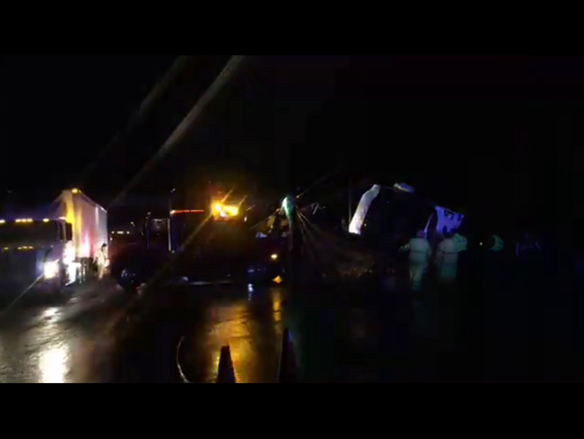 Vuelca camión en la Toluca-México; hay 13 muertos