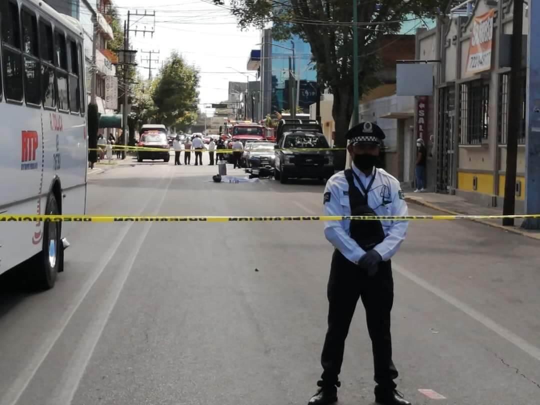 Bajo ruedas de camión muere motociclista en Toluca
